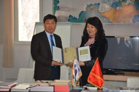 Презентация и передача в дар библиотеке факсимильного издания, Послом Кореи в КР Ха Тэ Ёка