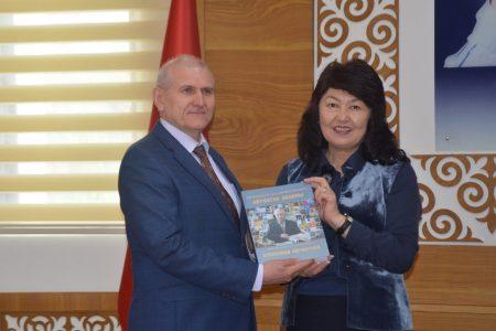 Национальную библиотеку КР им. А. Осмонова посетил Чрезвычайный и Полномочный Посол России в КР Удовиченко Н. Н.