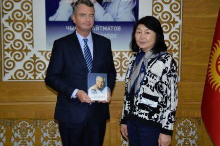 Временный поверенный в делах Франции господин Франсуа Делаус посетил Национальную библиотеку Кыргызской Республики им. А. Осмонова
