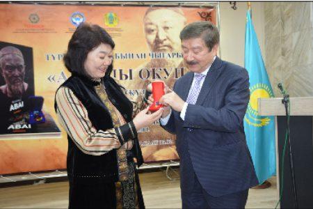 Директор Национальной библиотеки КР им. А. Осмонова  Ж. Бакашова была награждена памятной медалью ТЮРКСОЙ «Абай» за вклад в развитие популяризации наследия Абая.