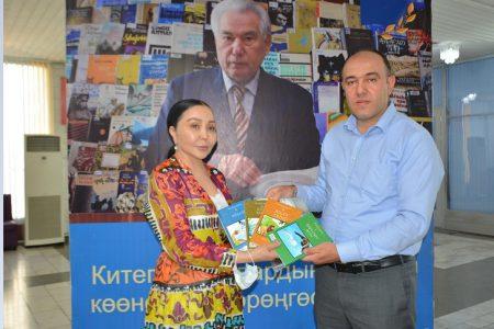 Доцент Кыргызско-Турецкого университета Манас  Женгиз Буяр передал свои книги в дар Национальной библиотеке КР.