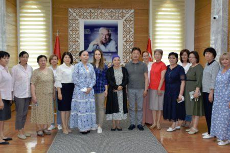 Встреча и передача книг представителями  Евразийской Творческой Гильдии (ЕТГ; Лондон) в дар библиотеке