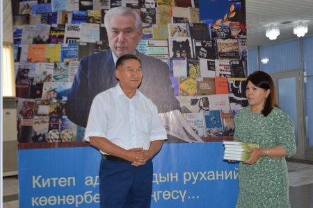Доктор филологических наук Т. Маразыков передал в фонд библиотеки свою монографию.