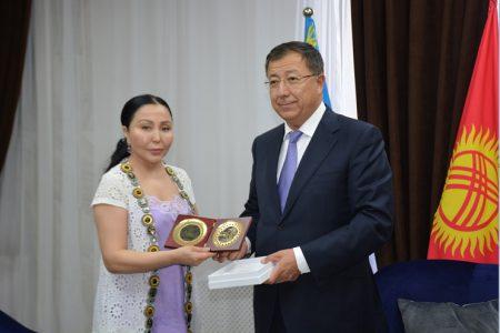 Чрезвычайный и Полномочный посол Казахстана в КР Р. Жошыбаев посетили Национальную библиотеку КР им. А. Осмонова.